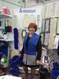 Елена из компании Леона клининг примеряет жилет на выставке в Новосибирске